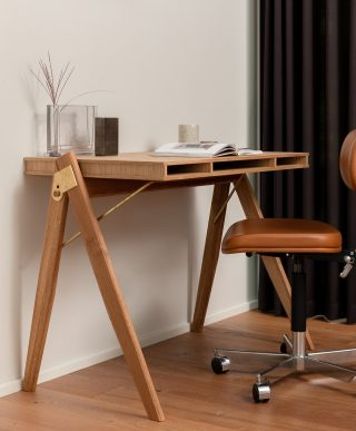 //Homeoffice⁠ Create the perfect workstation at home by combining aesthetics with perfect functionality.⁠ ⁠ #wedowood #fielddesk #office #desk #homeoffice #workstation #workspace #staysafe #interiordesign #interiorinspo #interiorstyling #homedecor #homedesign #furnituredesign