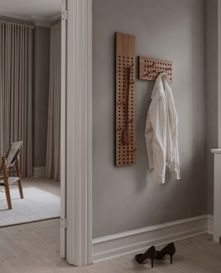The Scoreboard gives a graphical feel and is a unique way to store your favorite items. With its 12 included pegs, the handle height is easily adjustable, and thereby presents the opportunity to create a personal touch.  #wedowood #hanger #sustainabledesign #hallway #interior