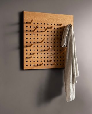 The Scoreboard Square is our newest addition to the Scoreboard collection. Use the Scoreboard to create a personal expression with the 24 adjustable pegs.   #wedowood #hanger #sustainabledesign #homedecor #hallway #nordicdesign