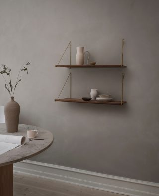 With its elegant and simple design, the Loop Shelf would fit beautiful into any home. You can use the shelf as a single shelf or combine it with several Loop Shelves to create a complete shelving solution.  #wedowood #shelves #livingroom #homedecor #sustainabledesign #interior
