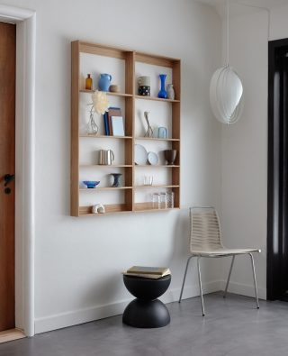 In the beautiful home of @still_Sunday, two Fivesquare Oak have been styled elegant next to each other, creating a space where you can both storage and showcase your favorite objects.   #wedowood #shelf #modernliving #sustainabledesign #interior #danishdesgn