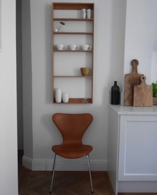 In the kitchen of @martinah.interior the Fivesquare is being used both as a decorative and practical piece of furniture when storing some of her favorite items.   #wedowood #kitchen #shelf #homedecor #sustainabledesign #interiordesign