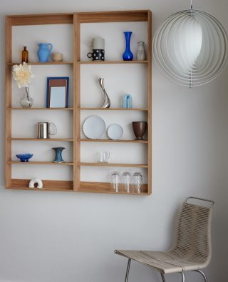 Combine two Fivesquare side by side to create a space where you can storage and showcase your favorite objects, as seen done beautifully in the home of @still_Sunday.  #wedowood #shelf #mordernliving #smallliving #sustainabledesign #interior 
